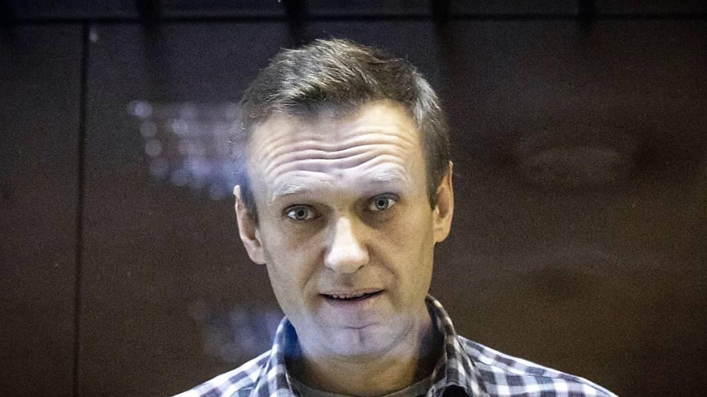 ARCHIV - Alexej Nawalny, Oppositionsführer aus Russland, steht hinter einer Scheibe im Moskauer Bezirksgericht. Ein Jahr nach dem Giftanschlag auf Nawalny hat Russland dem Westen eine Verleumdungskampagne vorgeworfen. Das Außenministerium in Moskau forderte erneut Beweise für eine Vergiftung Nawalnys. Foto: Alexander Zemlianichenko/AP/dpa