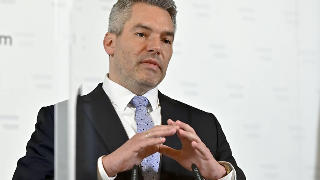 Karl Nehammer (ÖVP), Innenminister von Österreich, bei einer Pressekonferenz zur Entwicklung nach dem Terroranschlag. Foto: Herbert Neubauer/APA/dpa
