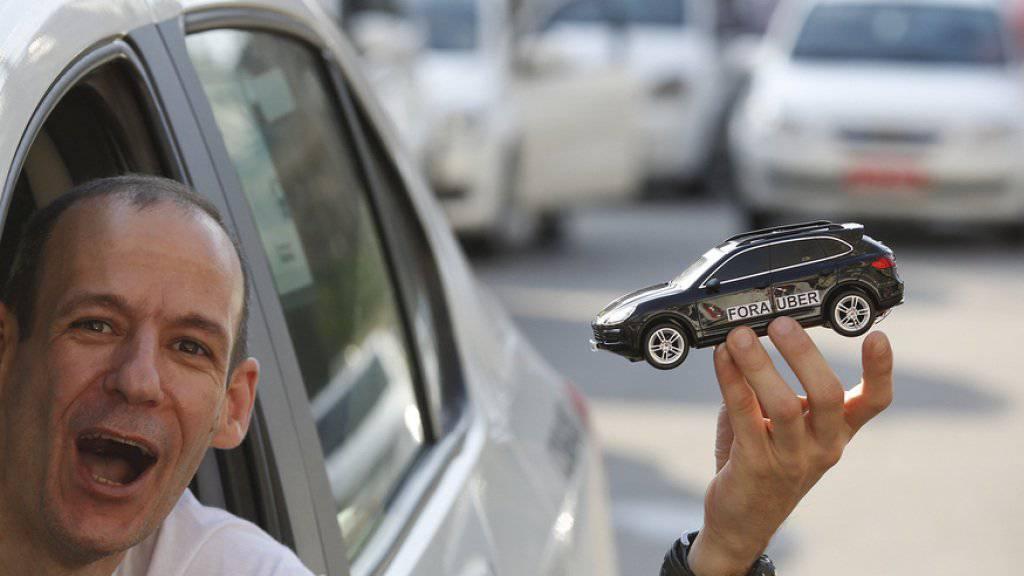Ein Taxifahrer in São Paulo protestiert gegen Uber (Archiv).