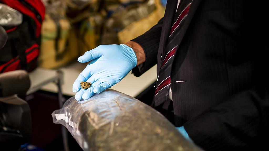 Die Tessiner Kantonspolizei hat in Zusammenarbeit mit Italien und Spanien grosse Mengen von Haschisch sichergestellt. (Symbolbild)