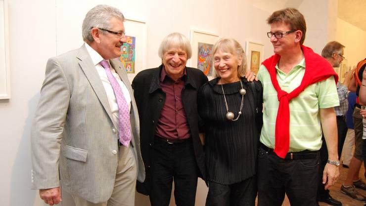Dimitri und seine Frau Gunda stellen in der Neuen Galerie 6 aus. Hier an der Vernissage mit Regierungsrat Roland Brogli (l.) und Stadtrat Carlo Mettauer (r.).