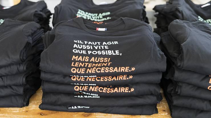 T-Shirts mit dem Berset-Spruch warten in einer Druckerei in Sévaz FR auf ihre Auslieferung.