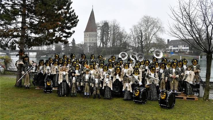 Zusammen mit Ehemaligen feiern fast 60 Guggenmusikanten das 50-Jahr-Jubiläum der Weihere Schränzer.