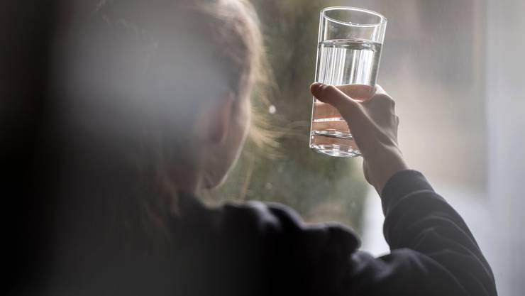 In der Schweiz enthält das Trinkwasser vielerorts Rückstände des verbotenen Pflanzenschutzmittels Chlorothalonil.