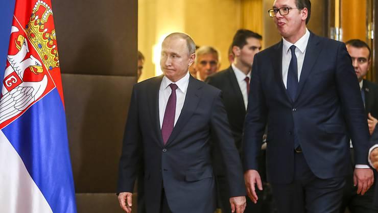 """Der russische Präsident Wladimir Putin (l.) bei seinem Besuch im """"befreundeten, brüderlichen Serbien"""" - daneben der serbische Präsident Aleksander Vucic."""