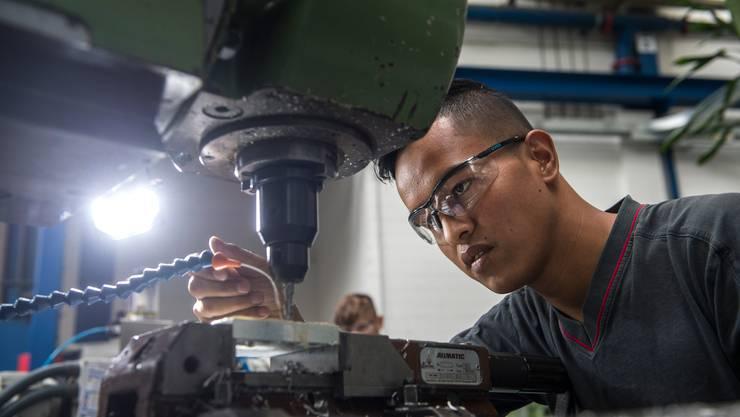 Vom Flüchtling zum Lehrling: Sharif Mohammadi in der Schindler-Werkstatt in Ebikon.