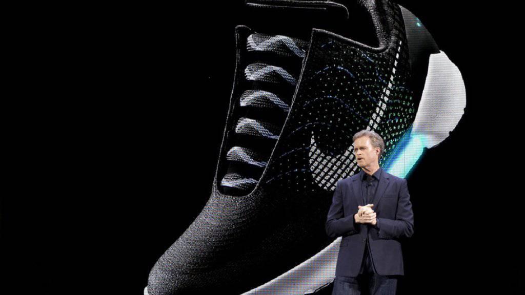 Nike-Chef Mark Parker stellt vor den Medien in New York das selbstschnürende Modell HyperAdapt 1.0 vor.