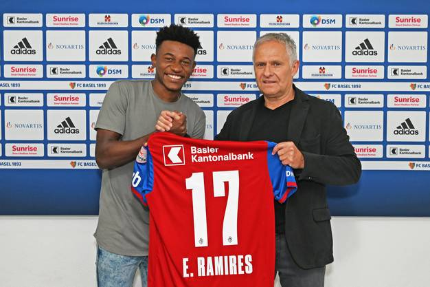 Auch Ramires macht ein Foto mit Zbinden und seinem neuen Trikot.