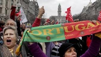 Im Zentrum von Porto demonstrieren die Menschen gegen die Sparmassnahmen der Regierung