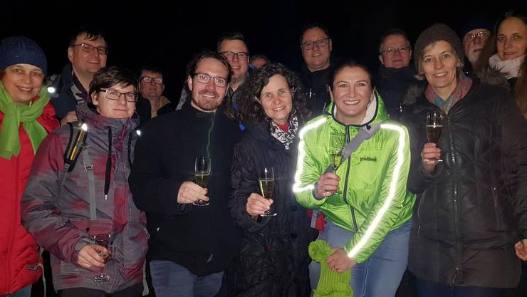 Anstossen auf den Wahlkampf auf dem Altberg mit den Kandidierenden: von links Karin Joss (Dällikon), Martin Berchtold (Buchs), Kevin Mörth (Dietikon) Andreas Kriesi (Schlieren), Marc Folini (Schlieren), Beat Rüfenacht (Dietikon), Barbara Schaffner (Otelfingen, bishe), Roland Camen (Weiningen), Songül Viridén (Schlieren), Bruno Zenger (Regensdorf), Sonja Gehrig (Urdorf, bisher), Fredi Heller (Dielsdorf), Karin Compagnoni (Regensdorf) und weitere.