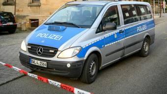 Nach dem Fund dreier Leichen in einem Wohnhaus im baden-württembergischen Holzgerlingen untersucht die Polizei den Fundort. (Symbolbild)