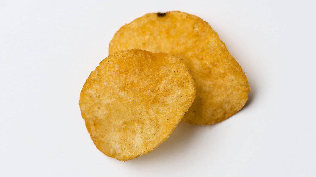Dank Fussball-EM und neuen Produkten soll der Umsatz beim Schweizer Snackhersteller Zweifel Pomy-Chips weiter wachsen. (Archivbild).