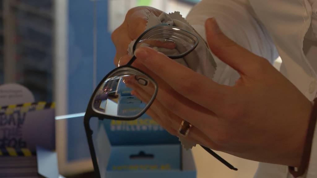 Beschlagene Brillen: Maskenpflicht führt zu Lieferengpässen bei Anti-Fog-Tüchern