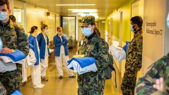 Angehörige der Armee helfen während der Krise aus. (Archivbild)