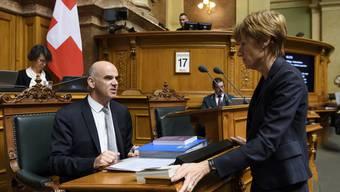 Ruth Humbel und Bundesrat Alain Berset im Nationalratssaal.