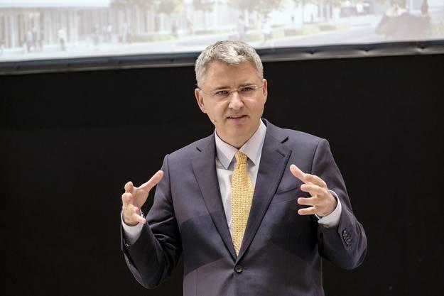 Roche-CEO Severin Schwan nutzte die Gelegenheit für politische Statements – jetzt, wo er Schweizer Bürger sei, halte er das nicht nur für sein Recht, sondern auch für seine Pflicht.