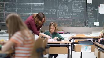 Eine gute Beziehung zwischen Schüler und Lehrkraft dient auch derGewaltprävention. Keystone
