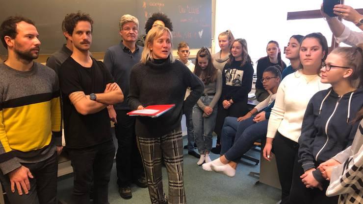 Besprechung: «Club»-Moderatorin und -Leiterin Barbara Lüthi gibt im Klassenzimmer letzte Instruktionen.