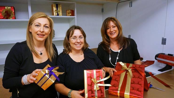 Drei der guten Päckli-Feen: Clara Cardini, Regina Scherrer und Corinne Loiero wissen, wie Schlaufen gemacht werden.