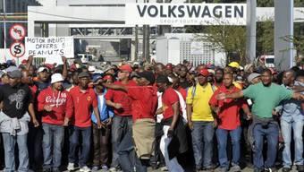 Arbeiter in Südafrika streiken vor dem Volkswagen-Werk in Uitenhage