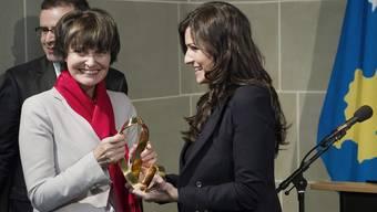 """Mit einjähriger Verspätung nimmt Micheline Calmy-Rey den """"Prix Diaspora"""" entgegen"""