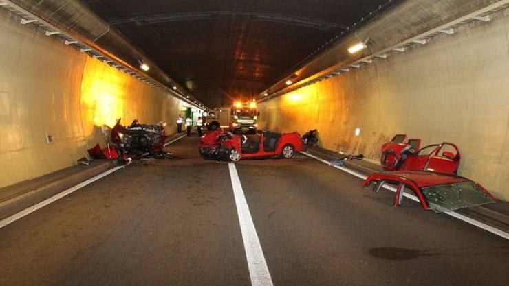 Das Bild von der Unfallstelle dokumentiert die heftige Kollision zweier Autos im Mont-Ferri-Tunnel JU, bei der eine Frau ums Leben kam und vier weitere Personen zum Teil schwer verletzt wurden