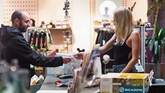 Die Kunden kaufen in der Coronakrise weniger in Verkaufsläden, dafür umso mehr online ein.