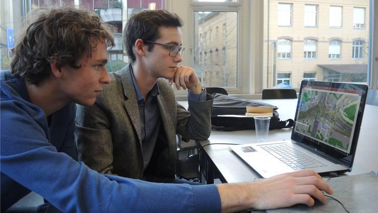 Lukas Lötscher (links) und Jan Appel haben für ihre Maturaarbeit getestet, ob sich der neue Schulhausplatz lohnt.