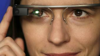 Eine AP-Journalistin trägt die Datenbrille Google Glass (Archiv)