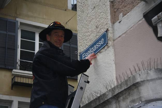 Umberto Ferrari tauft die Rathausgasse in Eselsgasse um.