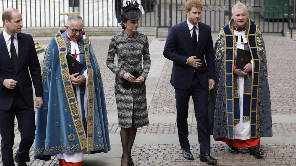 Prinz William (l), Herzogin Kate und Prinz Harry am Mittwoch in London auf dem Weg zur Gedenkfeier.