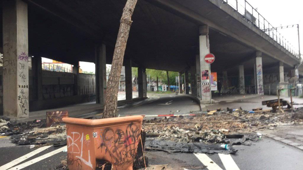 Spuren der nächtlichen Kravalle bei der Berner Reitschule am Sonntagmorgen. In der Nacht wurden zehn Polizisten und eine Privatperson verletzt.