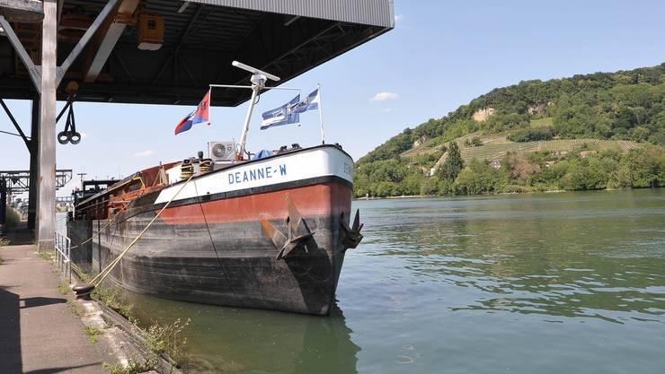Beim Hafen Birsfelden ist Öl in den Rhein gelaufen.