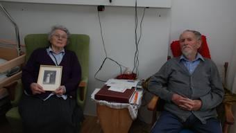 Bertha und Johann Hunziker erinnern sich mit dem Hochzeitsbild an die Heirat vor 70 Jahren. mwb.