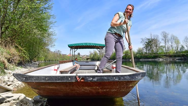 Nicole Ackermann manövriert das Boot über die Aare.