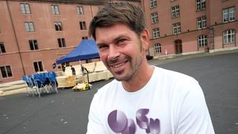 Wo Festivalchef Sandro Bernasconi auf dem Kasernenareal steht, steht morgen schon die Festivalbühne.