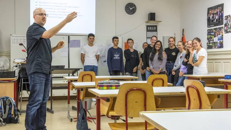 Jugendarbeiter Oliver Rüegger bringt den Bezirksschülern spielerisch bei, ein Budget zu erstellen