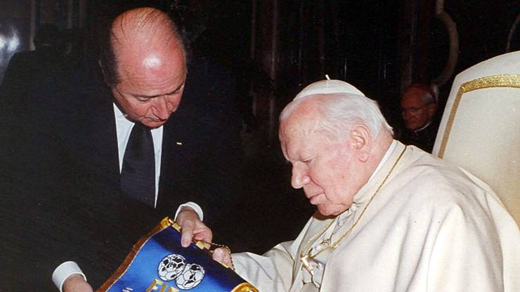 Im Dezember 2000 trifft Blatter sogar Papst Johannes Paul II..