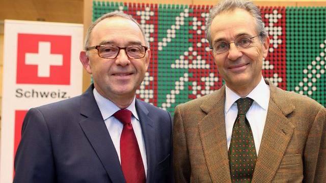 NRW-Finanzminister Norbert Walter-Borjans (l) und Botschafter Tim Guldimann in Düsseldorf