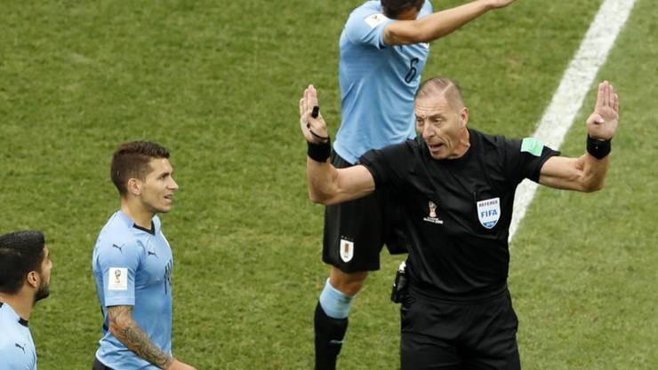 Der Argentinier Nestor Pitana (hier im Spiel Frankreich - Uruguay) pfeift den WM-Final
