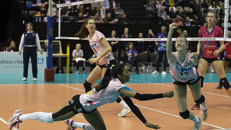 Sm'Aesch's Jessica Ventura, left, and Annalea Maeder, right, in action during the sixteenths finals match of the 2018 CEV Volleyball Cup between Switzerland's Sm'Aesch Pfeffingen and Belgium's VC Oudegem in the St. Jakobshalle in Basel, Switzerland, on Wednesday, December 5, 2018. (KEYSTONE/ Georgios Kefalas)