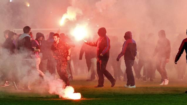 Basler Hooligans stürmen das Fussballfeld in Aarau nach dem Sieg
