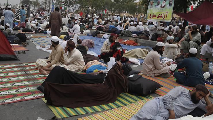 Anhänger des konservativen Klerikers Maulana Fazlur Rehman und seiner Partei Jamiat Ulema-e-Islam (JUI-F) sowie weiterer Oppositionsparteien blockieren mit einem Protestlager die pakistanische Hauptstadt Islamabad. Sie fordern den Rücktritt von Ministerpräsident Imran Khan.