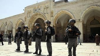 Israelische Soldaten vor dem Felsendom bei der Al-Aksa-Moschee in Jerusalem.