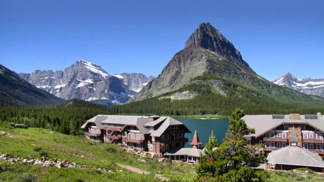 Heimische Gefühle: Das Many Glacier Hotel am Swiftcurrent Lake kann es mit den Schweizer Top-Hotels jederzeit aufnehmen. Der Mount Grinnell erinnert an die bekannte Felspyramide im Wallis.  Foto: Shutterstock