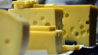 Die löchrigen Scheiben des Emmentaler-Käse werden als Veranschaulichung gebraucht, um die Wirkung von Massnahmen gegen das Coronavirus zu erklären. (Symbolbild)