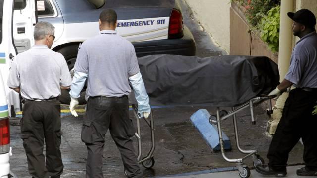 Nach der Schiesserei in Hialeah wird eine Leiche weggebracht
