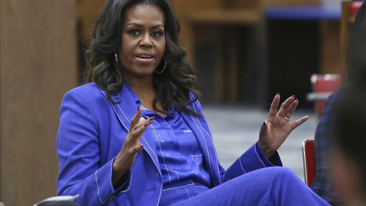 ARCHIV - Michelle Obama, ehemalige First Lady der USA, spricht an ihrer ehemaligen Schule, der Whitney M. Young Magnet High School, mit Schülern über ihr neues Buch «Becoming». Foto: Teresa Crawford/AP/dpa