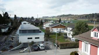 Die Solaranlage auf dem vor einem Jahr fertiggestellten Mehrfamilienhaus von Bernhard Lehmann.