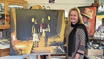 Elke Delimar in ihrem Atelier in Windisch mit einem der Bilder, das sie ausstellen wird.
